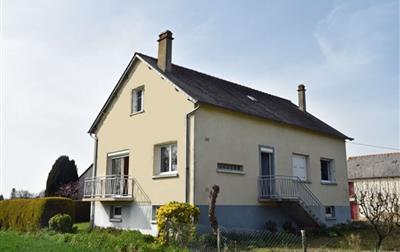 LANRELAS Maison d'habitation élevée sur sous-sol, dépendances, hangar, terrain 1 hectare environ